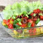 Sałatka śledziowa z papryką i suszonym pomidorem