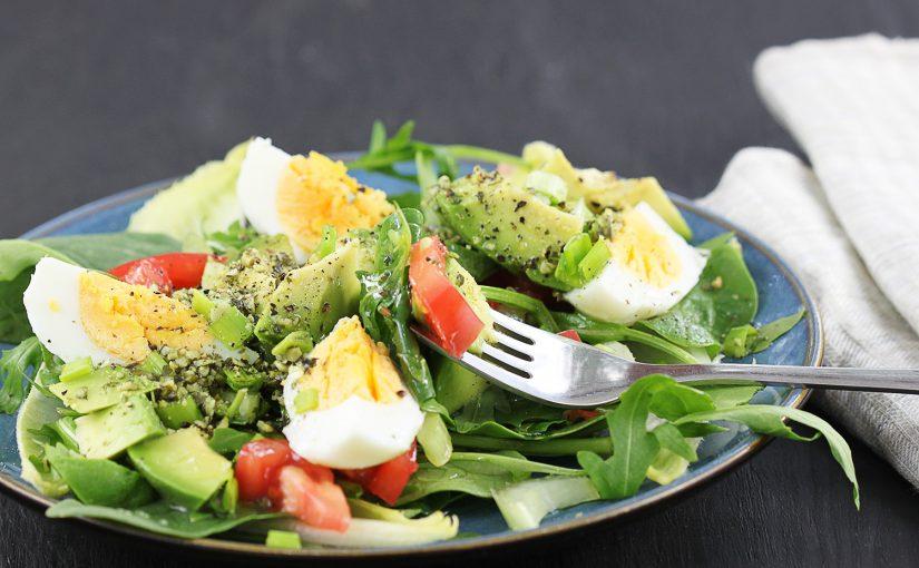 Zielona sałatka z jajkiem i awokado